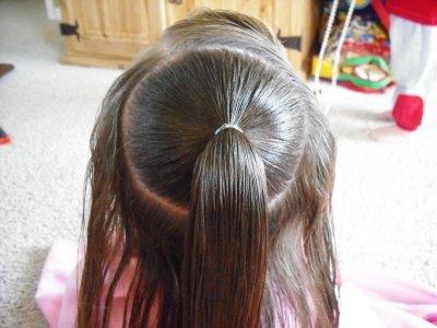 детская прическа Плетенка из жгутов и пучок пошагово, фото 1