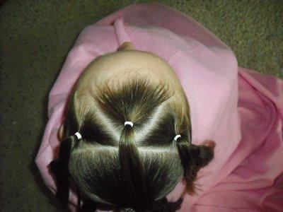 детская прическа Плетенка из жгутов и пучок пошагово, фото 2