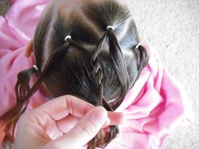 детская прическа Плетенка из жгутов и пучок пошагово, фото 4