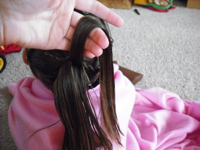детская прическа Плетенка из жгутов и пучок пошагово, фото 6