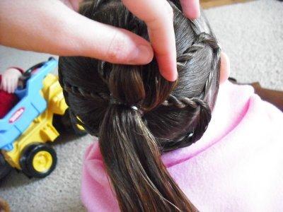 детская прическа Плетенка из жгутов и пучок пошагово, фото 7