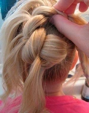 детская прическа Пучок из косы с локонами пошагово, фото 3
