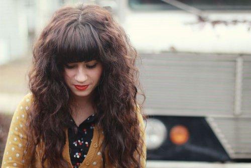 длинные завитые волосы