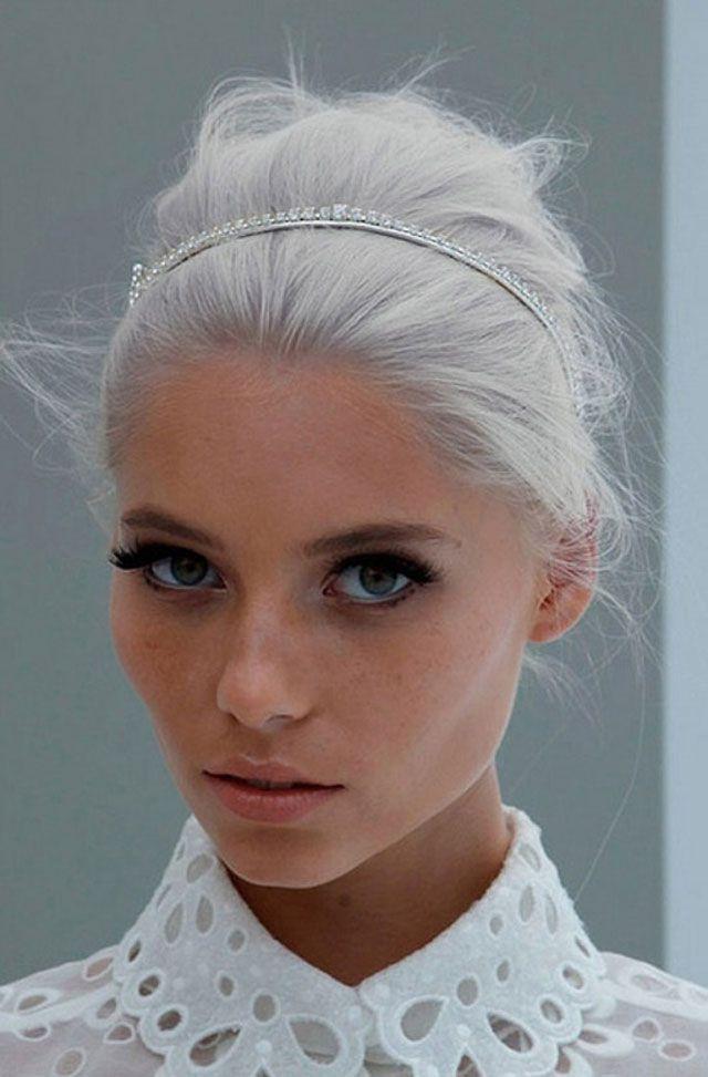 девушка с седым цветом волос